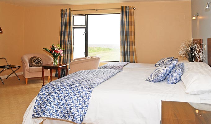 Rooms have either a sea view or a view of the famous Waterville Golf Course and the mountains.